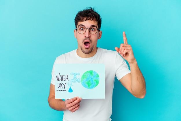 Młody kaukaski mężczyzna obchodzi światowy dzień wody na białym tle pomysł, koncepcja inspiracji.
