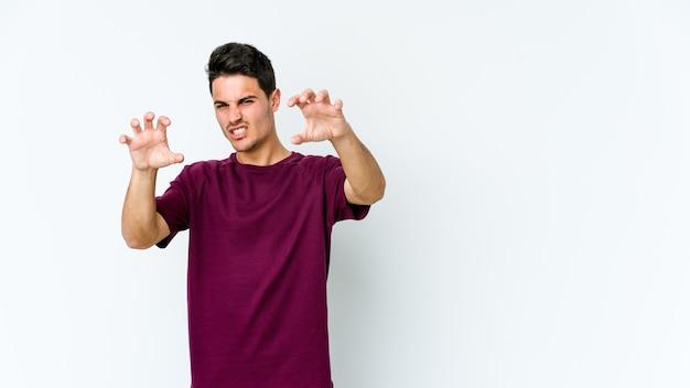 Młody kaukaski mężczyzna pokazujący pazury imitujące kota, agresywny gest.