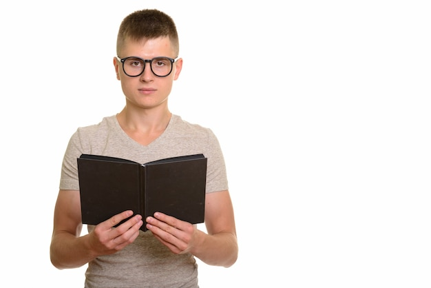 Młody kaukaski mężczyzna student nerd gospodarstwa książki