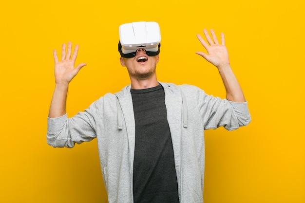 Młody kaukaski mężczyzna za pomocą okularów wirtualnej rzeczywistości