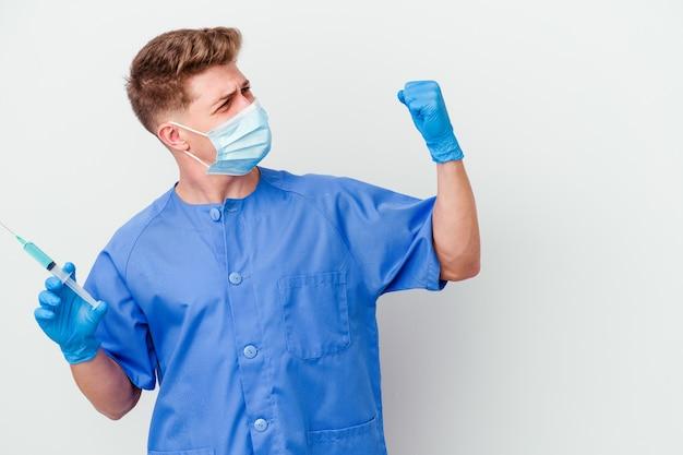 Młody kaukaski pielęgniarka mężczyzna przygotowany do podania szczepionki na białym tle