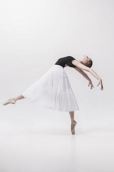 Młody klasyczny tancerz odizolowywający na białym tle.