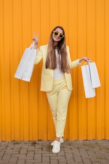 Młody klient ubrany w żółte ubrania symbol pokoju
