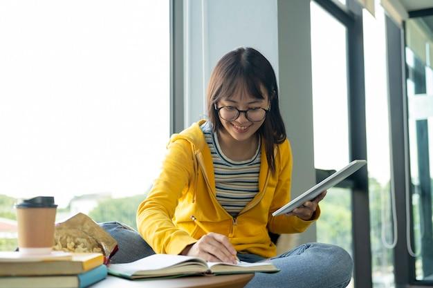 Młody kolaż uczeń używa komputer i urządzenie mobilne studiuje online.