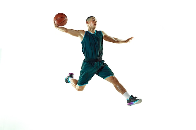 Młody koszykarz szkolenia na białym tle