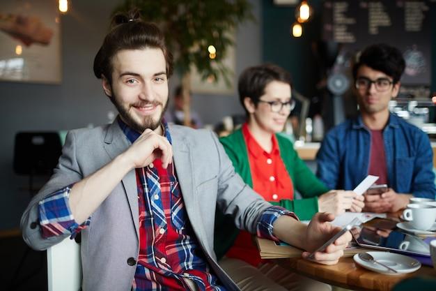 Młody kreatywnie biznesmen ono uśmiecha się w spotkaniu