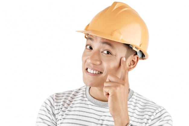 Młody kreatywny pracownik budowlany