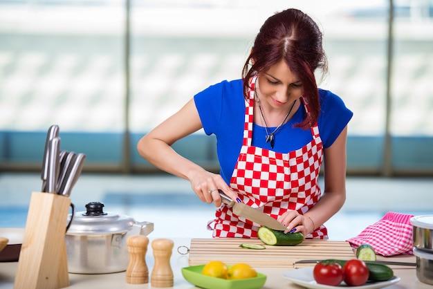 Młody kucharz pracuje w kuchni