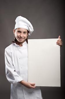 Młody kucharz trzyma sztandar