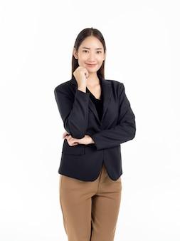 Młody ładny azjatyckich bizneswoman w czarny garnitur i brązowe spodnie stojąc
