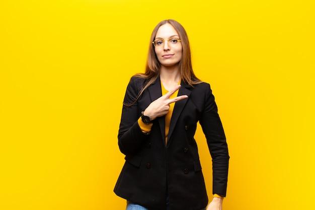 Młody ładny bizneswoman czuje się szczęśliwy, pozytywny i sukces