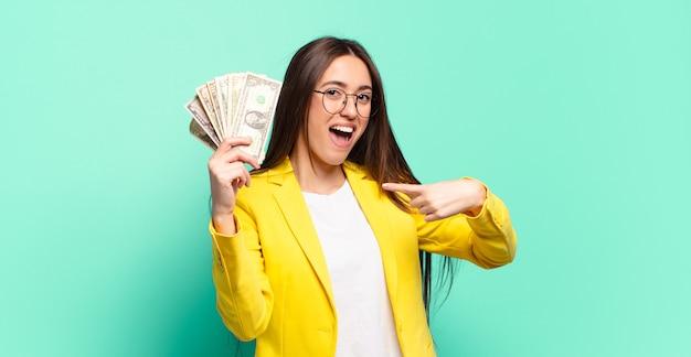 Młody ładny bizneswoman z banknotów dolarowych