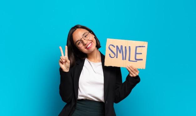 Młody ładny bizneswoman z uśmiechem
