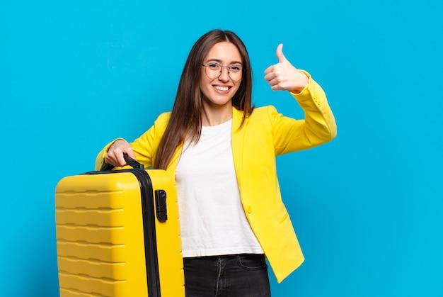 Młody ładny bizneswoman z walizką