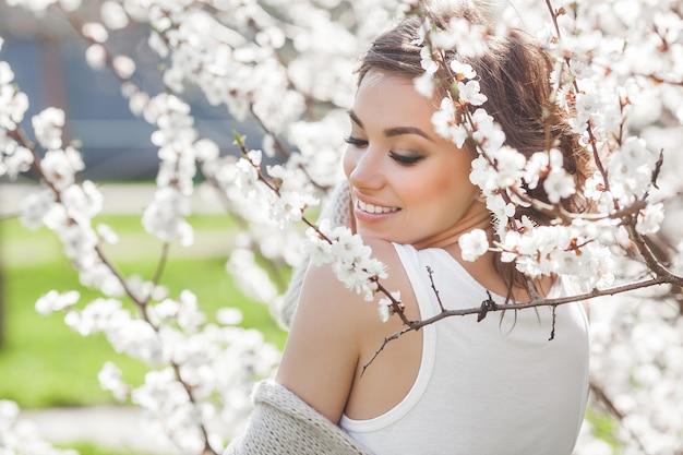 Młody ładny brunetki kobiety zakończenie w górę portreta outdoors.