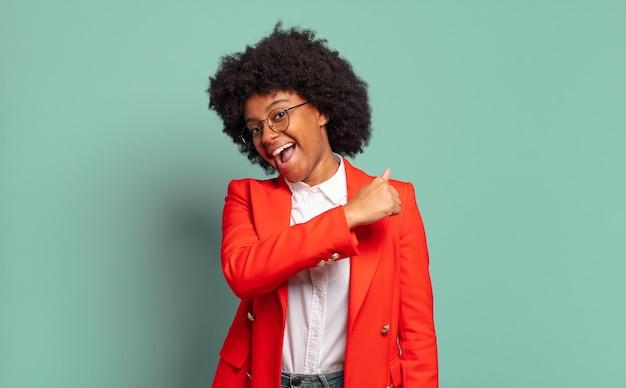 Młody ładny czarny portret bizneswoman