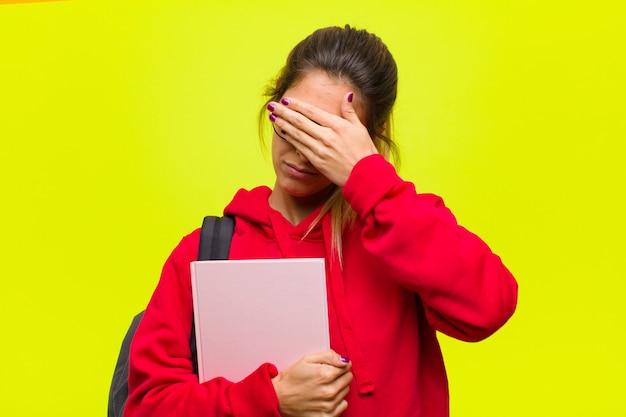 Młody ładny uczeń patrzeje stresujący się