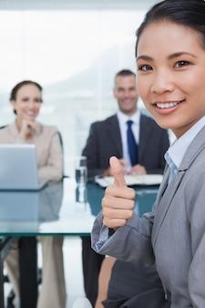 Młody ładny wnioskodawca pokazuje kciuk up po tym jak uzyskiwać pracę