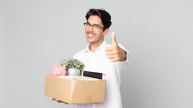 Młody latynoski mężczyzna czuje się dumny, uśmiechając się pozytywnie z kciukami do góry. koncepcja zwolnienia