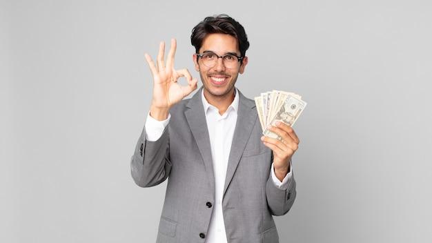 Młody latynoski mężczyzna czuje się szczęśliwy, okazując aprobatę dobrym gestem