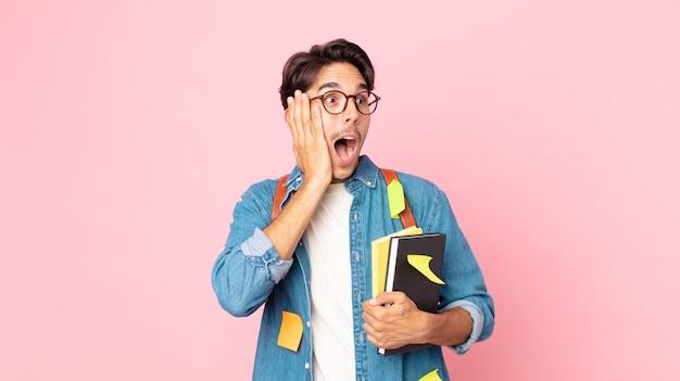 Młody latynoski mężczyzna czuje się szczęśliwy, podekscytowany i zaskoczony. koncepcja studenta