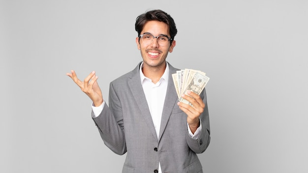 Młody latynoski mężczyzna czuje się szczęśliwy, zaskoczony, gdy zdaje sobie sprawę z rozwiązania lub pomysłu