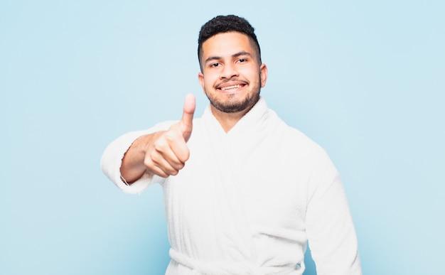 Młody latynoski mężczyzna szczęśliwy wyraz twarzy i ubrany w szlafrok