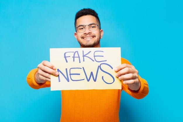 Młody latynoski mężczyzna szczęśliwy wyrażenie fałszywe wiadomości koncepcja