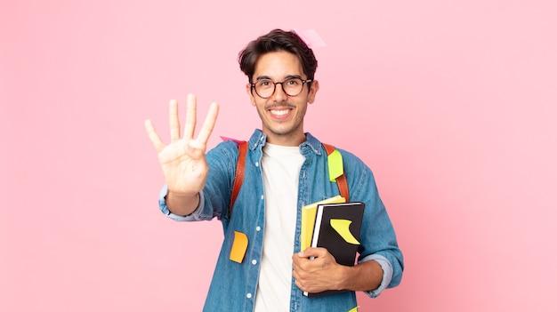 Młody latynoski mężczyzna uśmiechający się i patrzący przyjaźnie, pokazując numer cztery. koncepcja studenta