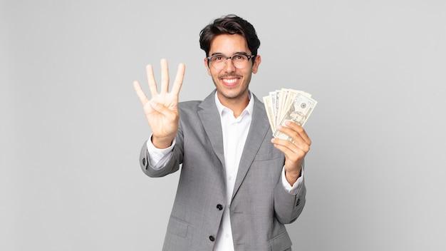 Młody latynoski mężczyzna uśmiechający się i wyglądający przyjaźnie, pokazujący cyfrę cztery