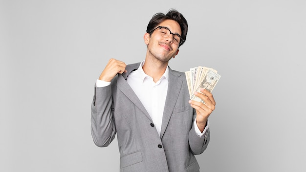 Młody latynoski mężczyzna wyglądający arogancko, odnoszący sukcesy, pozytywny i dumny