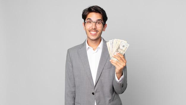 Młody latynoski mężczyzna wyglądający na szczęśliwego i mile zaskoczony
