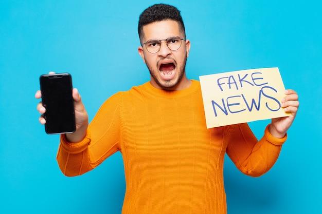 Młody latynoski mężczyzna zły wyrażenie fałszywe wiadomości koncepcja