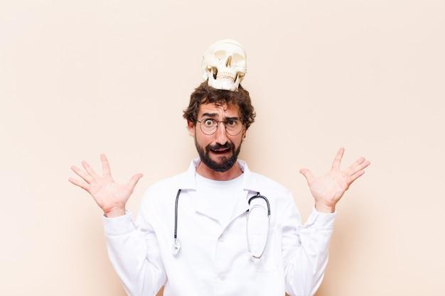 Młody lekarz mężczyzna z czaszką na głowie