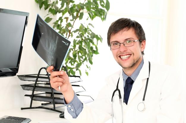 Młody lekarz ogląda xray