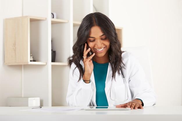 Młody lekarz pracuje w biurze