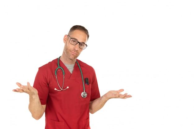Młody lekarz robi gest wątpliwości