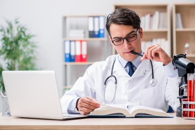 Młody lekarz studiuje edukację medyczną