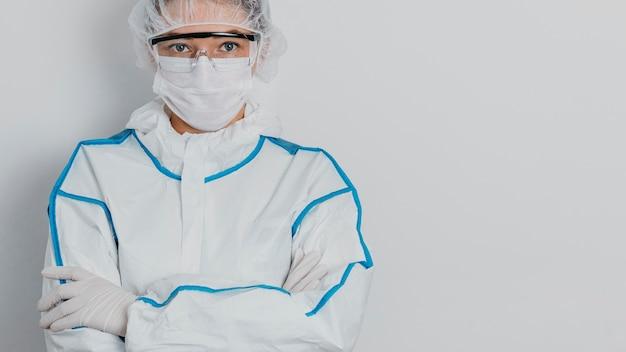 Młody lekarz ubrany w maskę medyczną