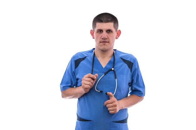 Młody lekarz w niebieskim mundurze na białym tle. koncepcja medyczna