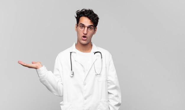 Młody lekarz wygląda na zaskoczonego i zszokowanego
