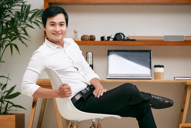 Młody lider biznesu przy biurem