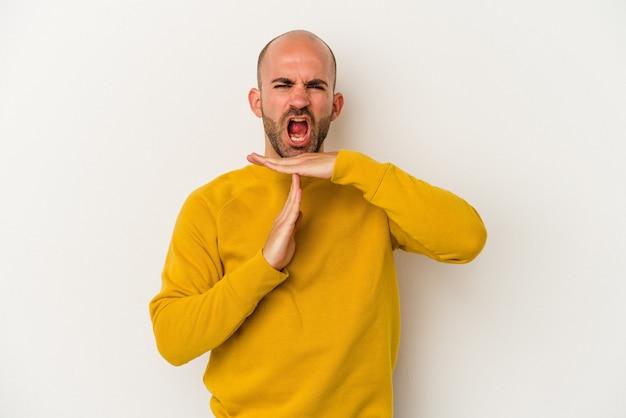 Młody łysy mężczyzna na białym tle pokazując gest limitu czasu.