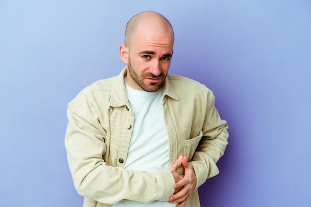 Młody łysy mężczyzna na białym tle ściany z bólem wątroby, bólem brzucha