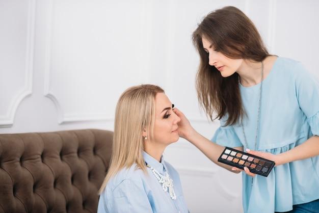 Młody makijaż uzupełnia dorosła kobieta