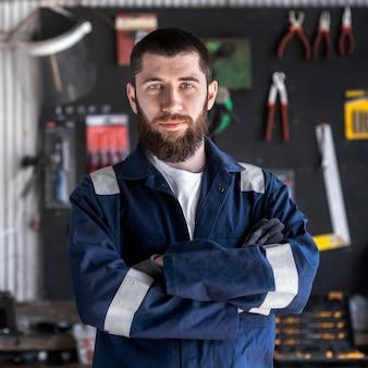 Młody mechanik pracujący w swoim warsztacie