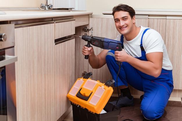 Młody mechanik pracuje w kuchni