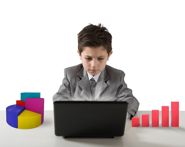 Młody menedżer pracuje z wykresem komputerowym i statystykami