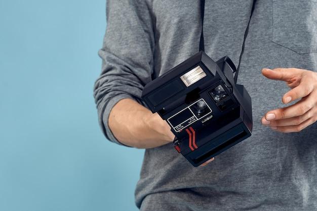 Młody męski fotograf ze starym aparatem