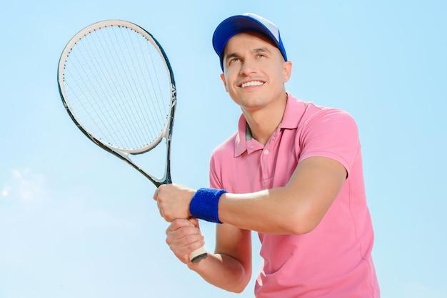Młody męski gracz w tenisa podczas gry tenis.